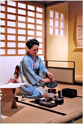 Mio Shapley pouring hot water for Japanese green tea. Photo by Paul Dodds.