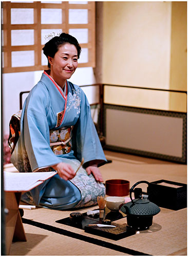 Mio Shapley preparing Japanese green tea. Photo by Paul Dodds.