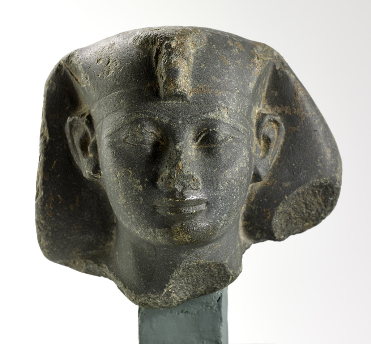 A.1951.346 - Statue head in fine green arkose of a king wearing the afnet headdress with uraeus, possibly Amenhotep II: Ancient Egyptian, 18th Dynasty.