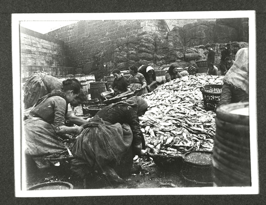 This photograph captures a fish merchant's gang of women workers and the pile of fish they were processing. Dunbar Harbour, c.1905 (Scran 000-000-470-488-C) © East Lothian Council