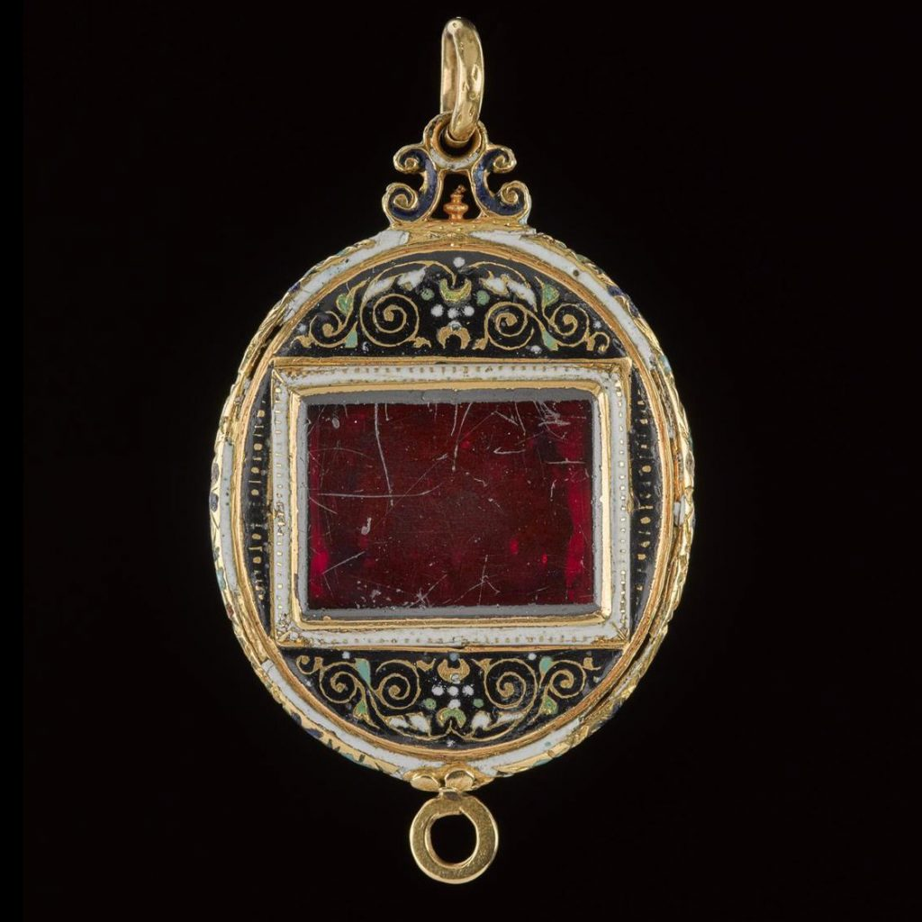 The front of the Fettercairn Jewel is set with a large garnet