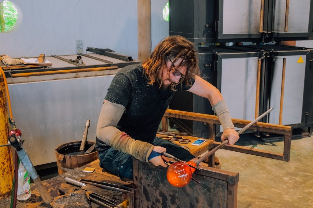 James Devereux working in his studio, Devereux Huskie Glassworks, Wiltshire, UK Photo: Courtesy of Devereux Huskie Glassworks