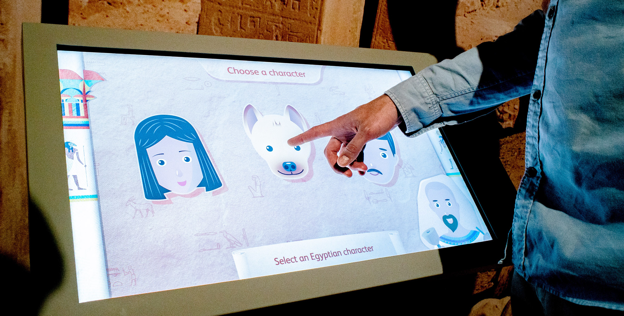 Hieroglyphs interactives - a visitor chooses a character